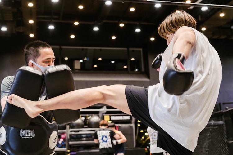石田光洋トレーナーとスパーリングをするRIKUさん。