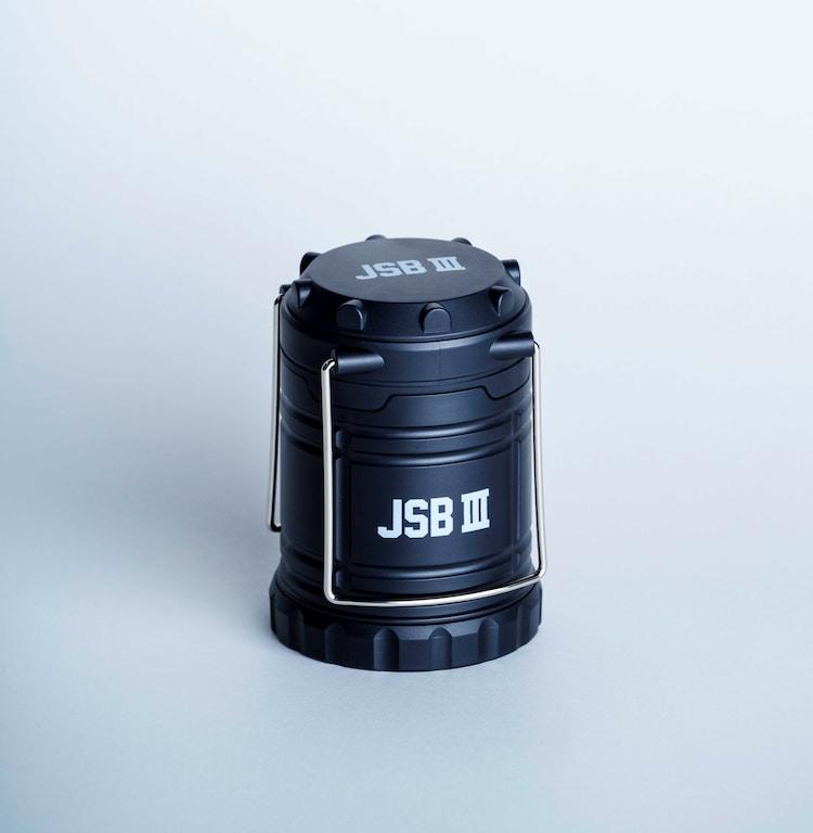 書店限定版に付属する「JSB III」ロゴ入りLEDランタン(ホワイトロゴ)。