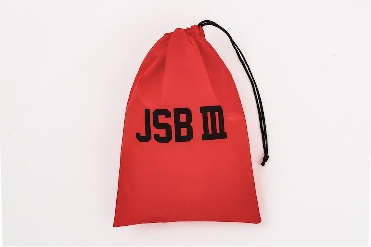 ローソン限定版に付属する「JSB III」ロゴ入り巾着バッグ(レッド)