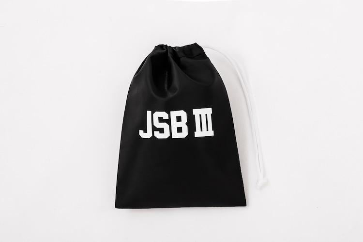 書店限定版に付属する「JSB III」ロゴ入り巾着バッグ(ブラック)。