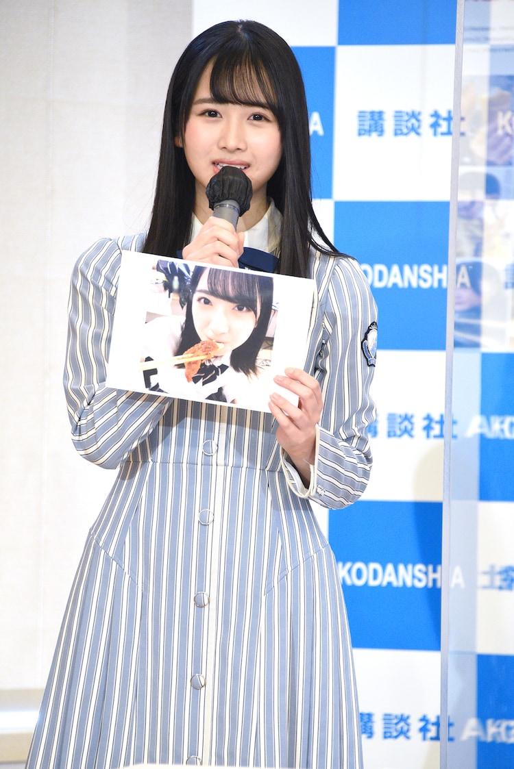 「日向撮」のお気に入りカットとして、金村美玖が上目使いで食事している写真を見せる上村ひなの。