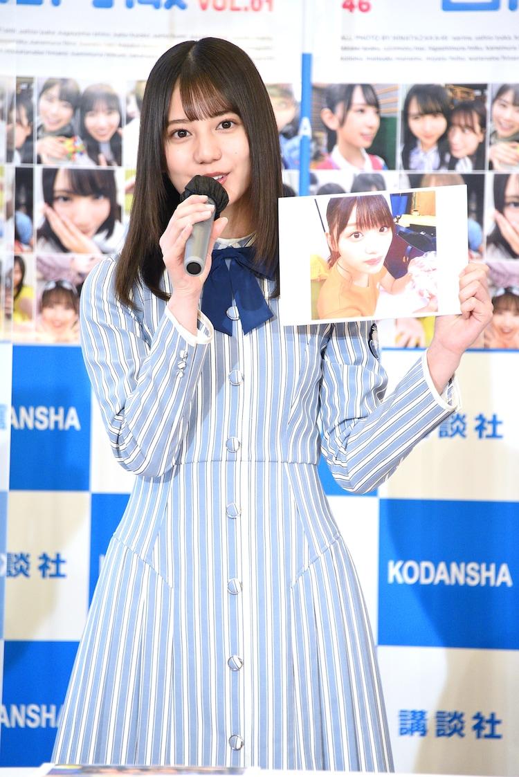 「日向撮」のお気に入りカットとして、顔に生クリームが付いた佐々木美玲の写真を見せる小坂菜緒。
