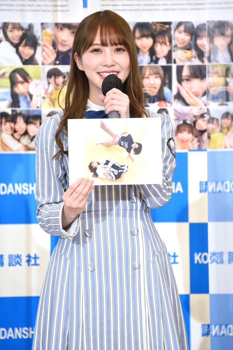 「日向撮」のお気に入りカットとして、レッスン中にシュールなポーズを決める佐々木久美とのツーショット写真を見せる加藤史帆。