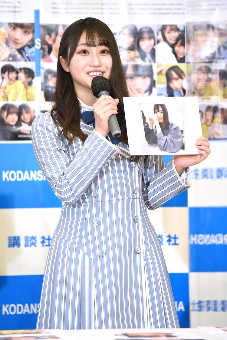 「日向撮」のお気に入りカットとして、前髪が未完成の小坂菜緒の写真を見せる潮紗理菜。