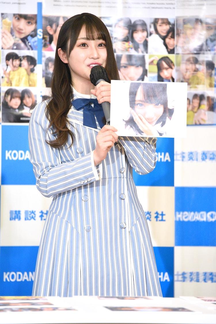 小坂菜緒を至近距離で撮影した写真を見せる潮紗理菜。
