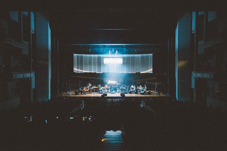 蓮沼執太フィル「○→○」東京・Bunkamuraオーチャードホール公演の様子。(撮影:後藤武浩)