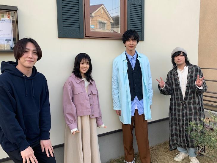 左から宇佐美友啓(GOOD ON THE REEL)、福本莉子、鈴木仁、千野隆尋(GOOD ON THE REEL)。