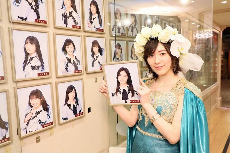 愛知・SKE劇場にて自身の壁写真を外す松井珠理奈。(c)2021 Zest,Inc