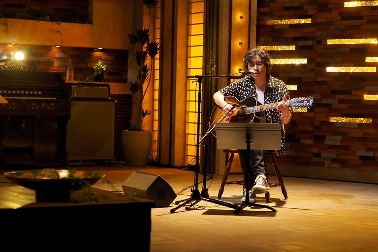「ジェラス・ガイ」演奏中の斉藤和義。(写真提供:NHK)