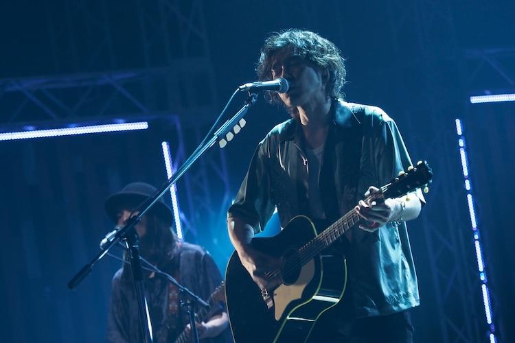 「悲しき街角」演奏中の斉藤和義。(写真提供:NHK)