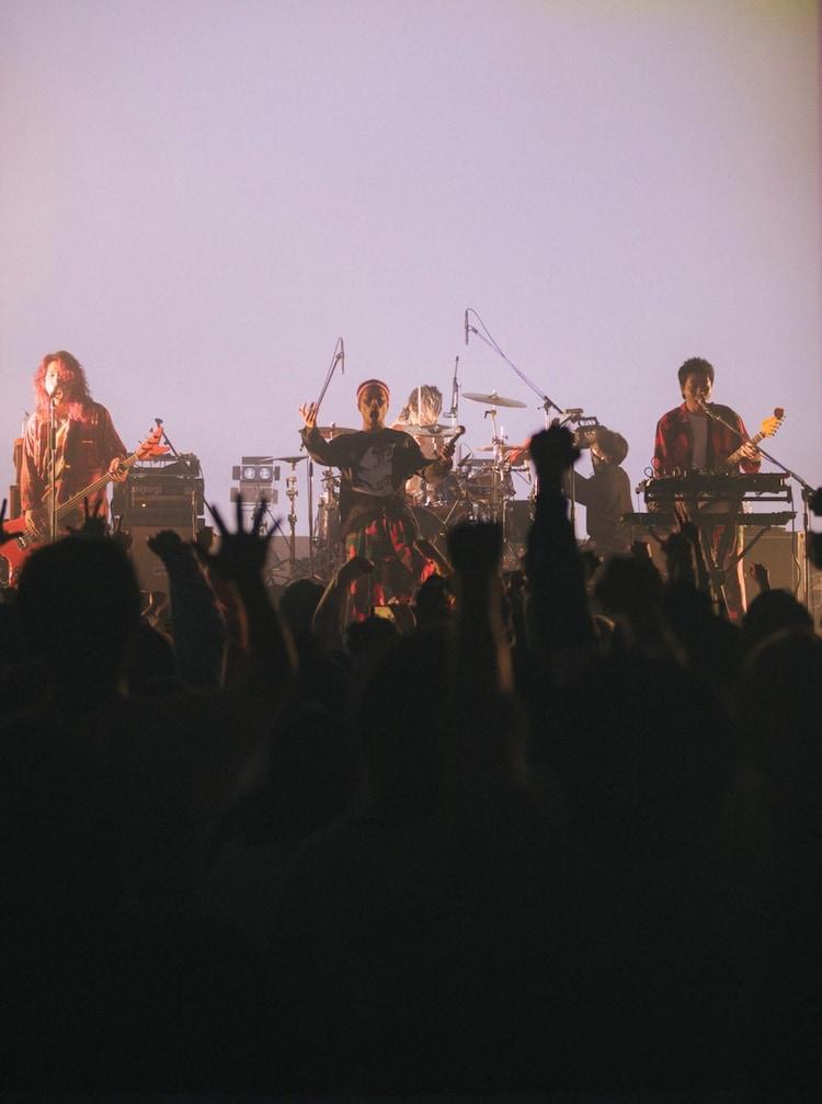 """「SPARK!!SOUND!!SHOW!! 2021 TOUR """"HAPPY BIRTH DIE""""」最終公演の様子。"""
