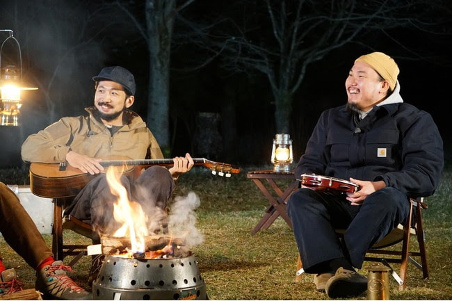 "「CAMP TV presented by CAMP HACK × FUJI & SUN」ゲストの柳下""DAYO""武史(G)、宮原""TOYIN""良太(Dr, Per)。"