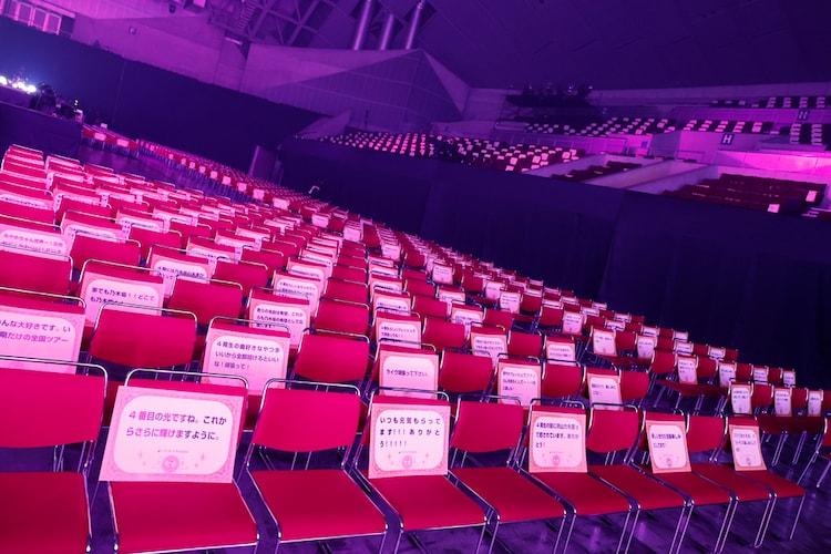 客席に置かれたファンからのメッセージカード。