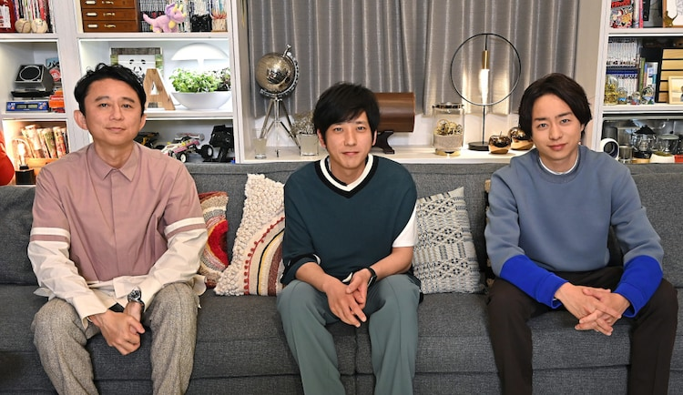左から有吉弘行、二宮和也と櫻井翔(ともに嵐)。(c)TBS