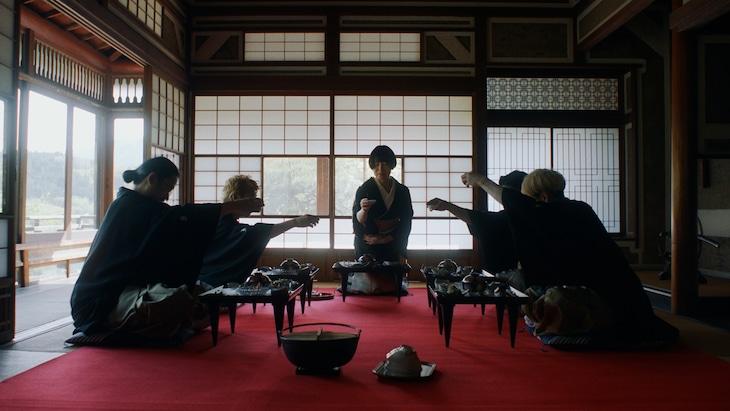 東京事変「緑酒」ミュージックビデオのワンシーン。