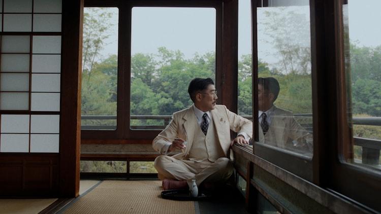 東京事変「緑酒」ミュージックビデオより、亀田誠治(B)。