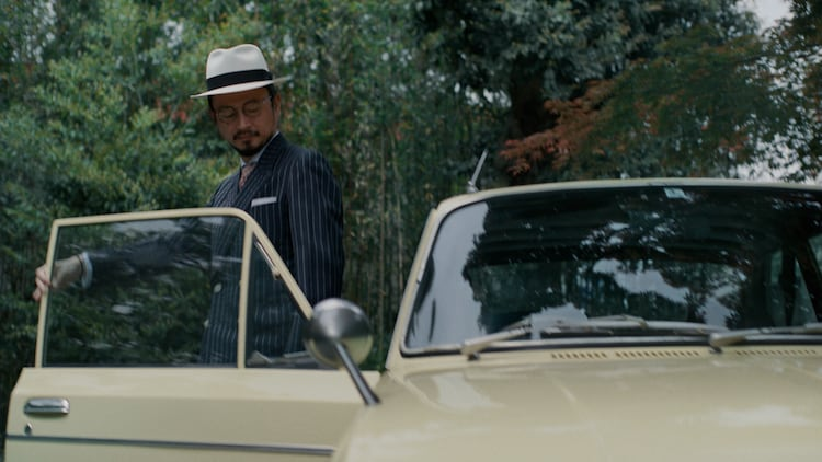 東京事変「緑酒」ミュージックビデオより、浮雲(G)。
