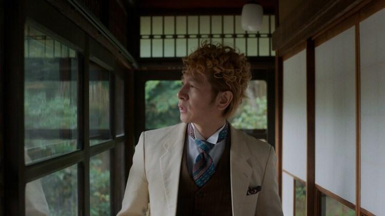 東京事変「緑酒」ミュージックビデオより、伊澤一葉(Key)。