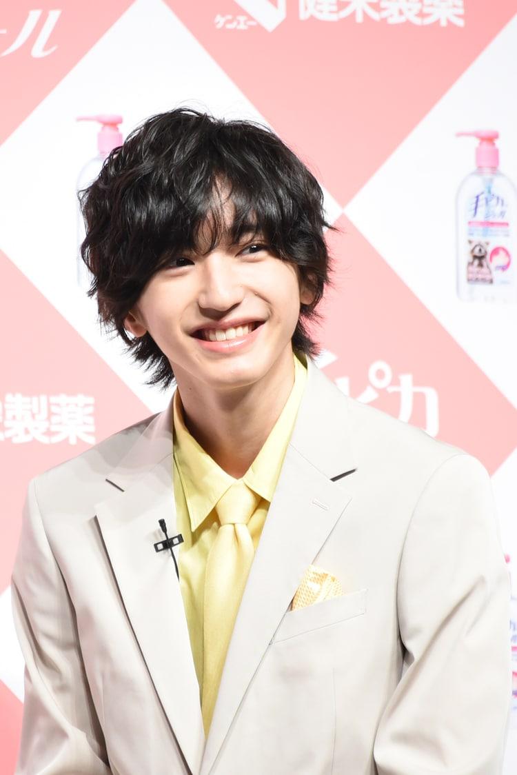 キメ顔を見せる道枝駿佑(なにわ男子、関西ジャニーズJr.)。
