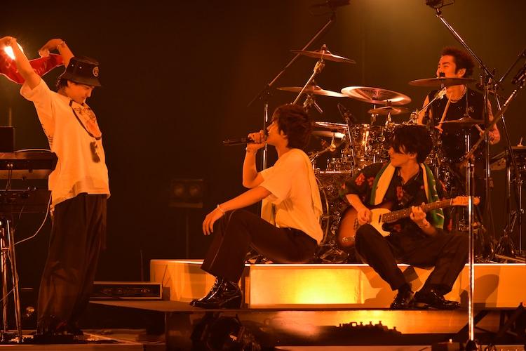 「SAUNA SONG」の曲中、ステージ上でサウナを再現するDISH//。