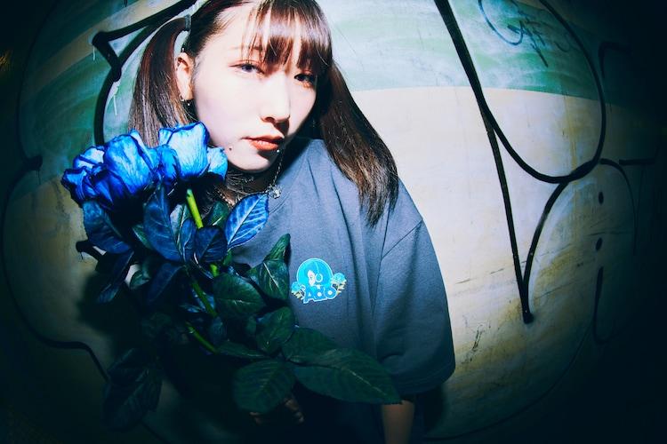 「Ado × 9090 Pretty Girl Tee -Blue Rose-」着用イメージ