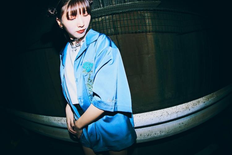 「Ado × 9090 Blue Rose Shirts」着用イメージ