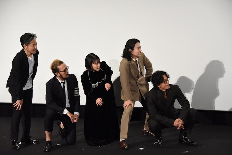 殺される前の表情を浮かべる登壇者。左から永井聡、中村獅童、高畑充希、菅田将暉、小栗旬。