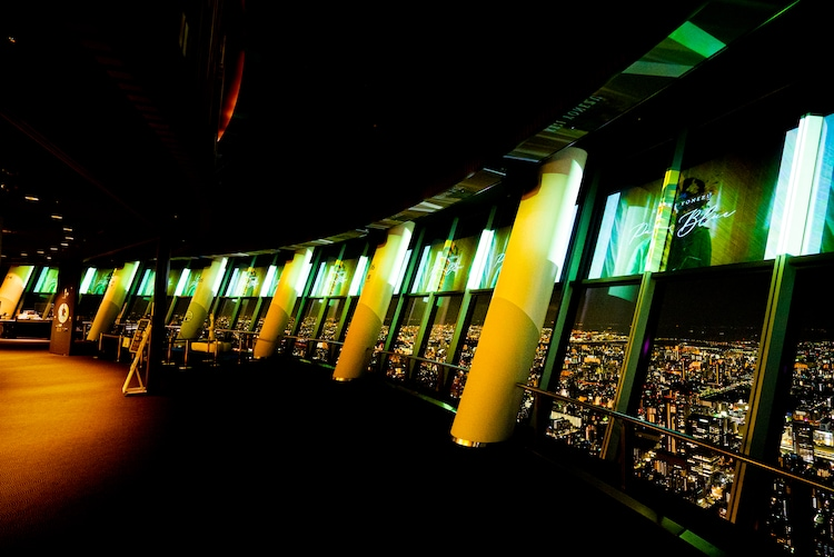 SKYTREE ROUND THEATERで「Pale Blue」MVが上映される様子。