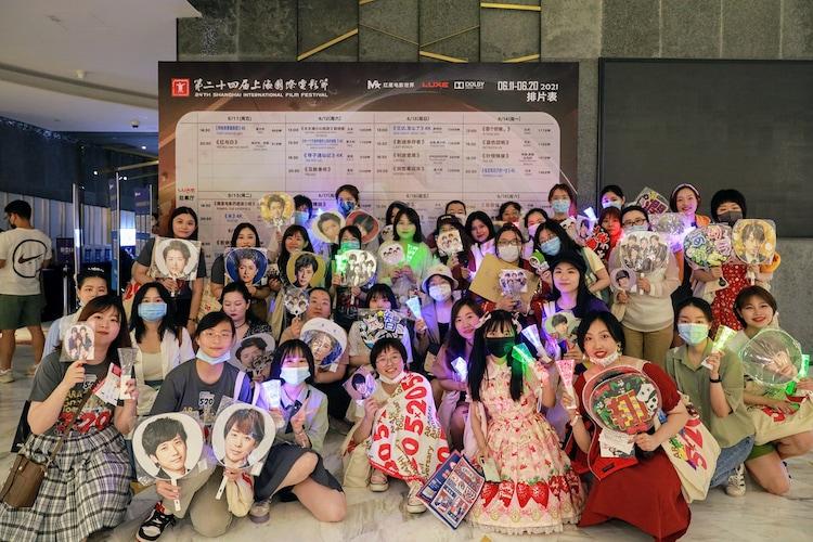 """「第24回上海国際映画祭」より、「ARASHI Anniversary Tour 5×20 FILM """"Record of Memories""""」ワールドプレミア上映初日に集まったファン。 (c)2021 J Storm Inc."""