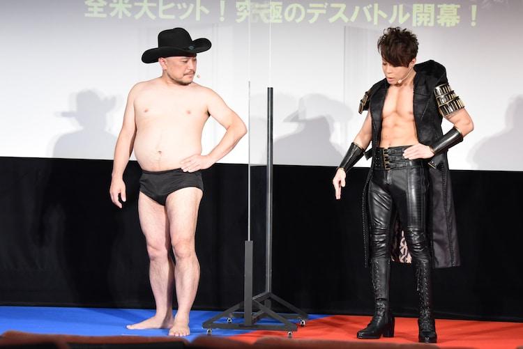 ハリウッドザコシショウ(左)にポーズの取り方を丁寧に教える西川貴教(右)。