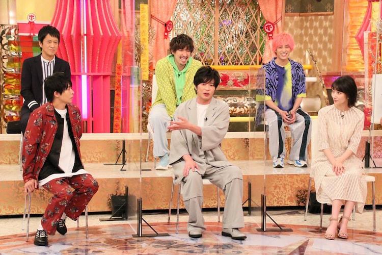 左上から時計回りに吉田敬(ブラックマヨネーズ)、EXIT、波瑠、田中圭、岸優太(King & Prince)。(c)フジテレビ