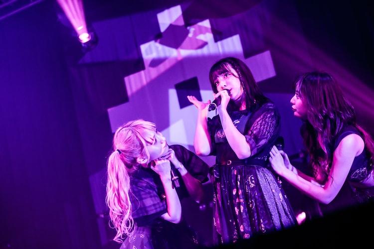 左から西井万理那、巫まろ、藍染カレン。(Photo by Masayo)