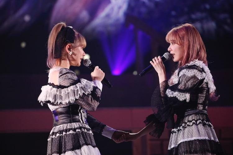 「思い出のほとんど」を歌う、村重杏奈と宮脇咲良。