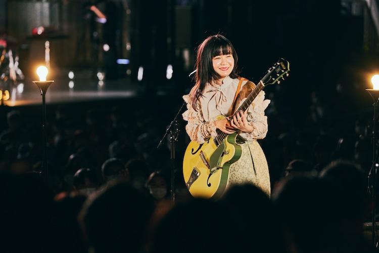 野音のド真ん中で歌う吉澤嘉代子(撮影:山川哲矢)