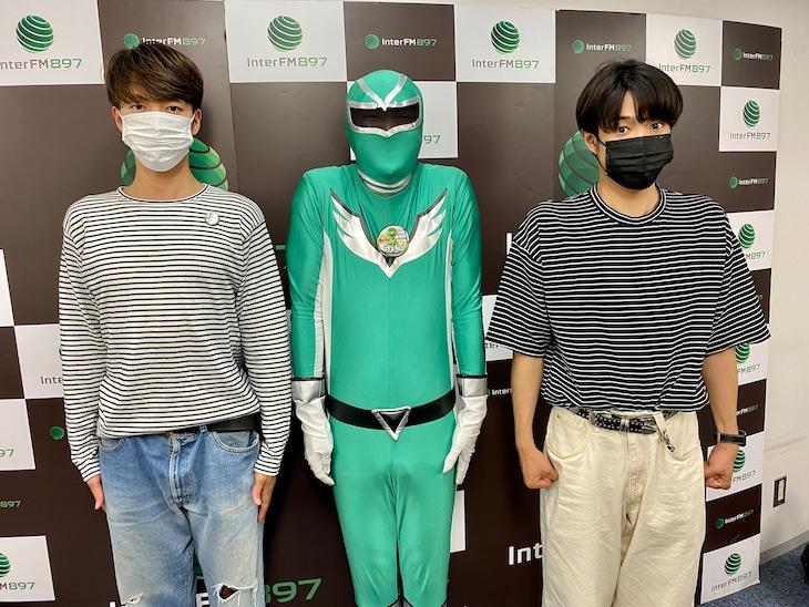 左から森田美勇人、ベビーカーおろすんジャー、真田佑馬。