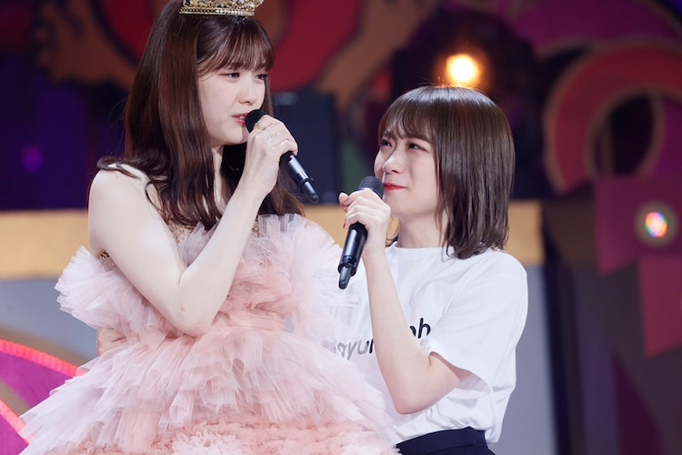 松村沙友理(左)と秋元真夏(右)。