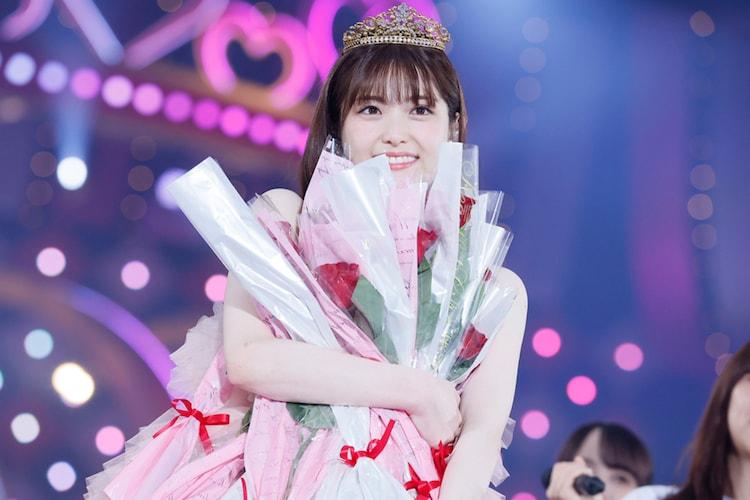 メンバーからプレゼントされたバラの花を抱える松村沙友理。
