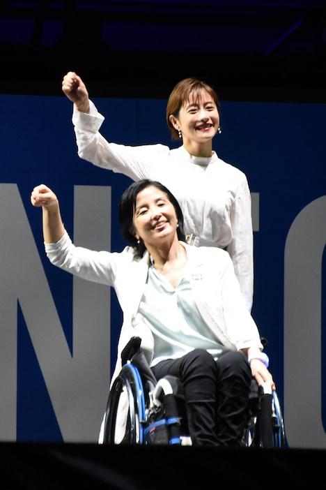Satomi Ishihara and Aki Taguchi dancing