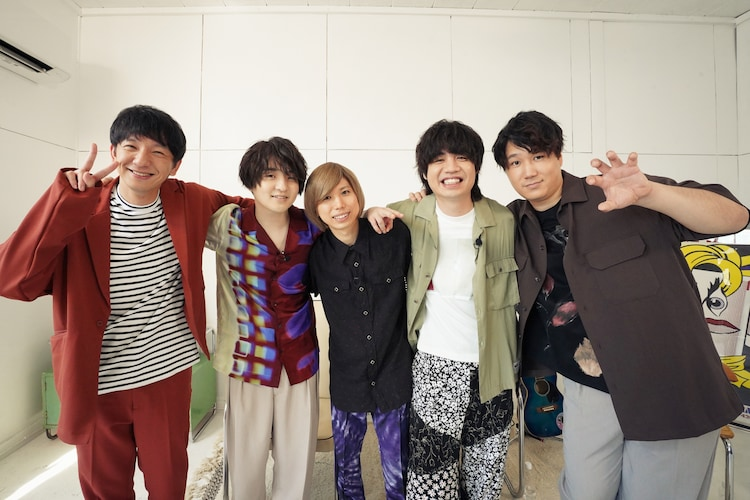 「V.I.P. ―Official髭男dism―」でMCを務めるパンサー向井(左)とOfficial髭男dism。