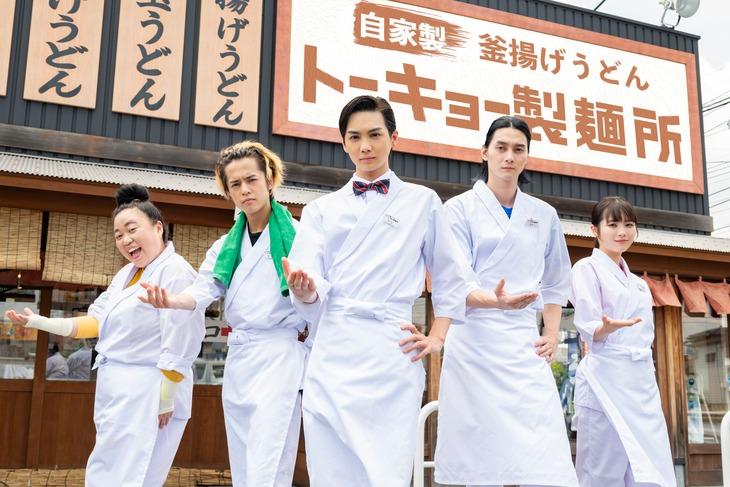 左から江上敬子、奥野壮、吉野北人、栁俊太郎、秋田汐梨。(c)「トーキョー製麺所」 製作委員会・MBS