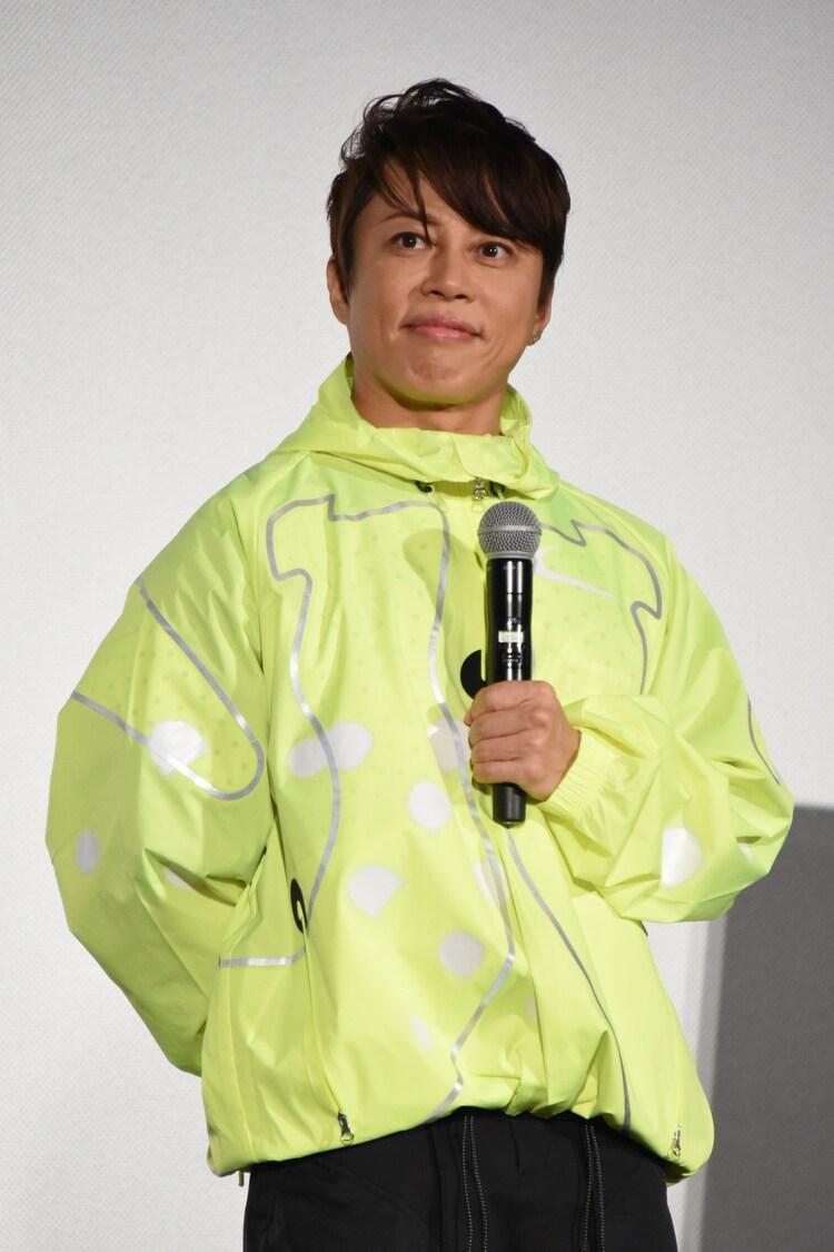 派手な衣装で登場した西川貴教。