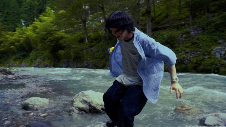 Mom「泣けない人には優しくない世界」ミュージックビデオのサムネイル。