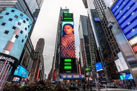 アメリカ・ニューヨークのタイムズスクエアに登場した「EQUAL」の広告。
