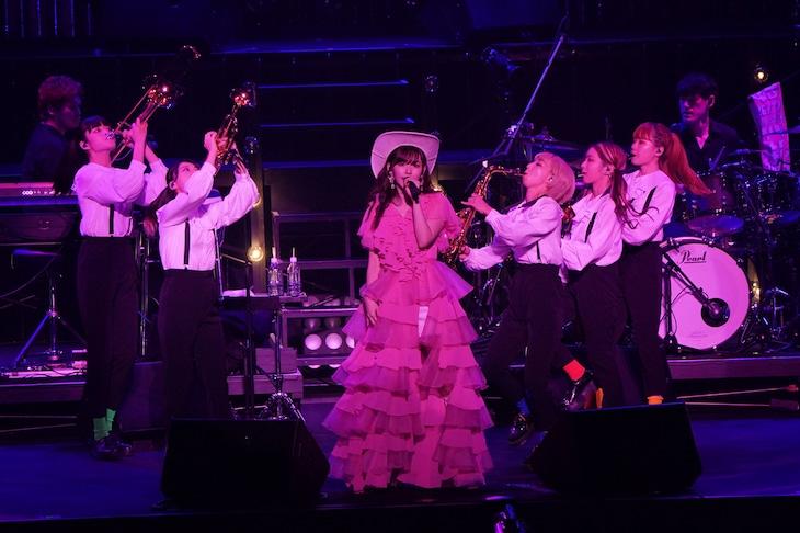 鈴木愛理ワンマンライブ「鈴木愛理 LIVE 2021~26/27~ @ 日本武道館」の様子。