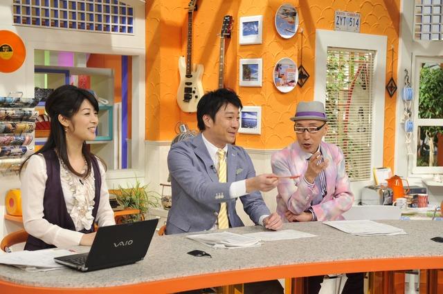 投稿されたものに唖然となるが、思わず笑みがこぼれる「スッキリ!!」司会の加藤浩次(中央)、テリー伊藤(右)、古市幸子(左・日本テレビアナウンサー)(c)YTV