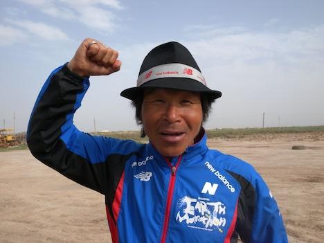 がん治療のためアースマラソンを一時中断する間寛平。イランでは多くの取材を受け、13日には宇宙にいる野口宇宙飛行士とTwitterでやりとりをするなど、アースマラソンを通じてさまざまな人たちとの交流を深めている。(c)間寛平アースマラソン製作委員会