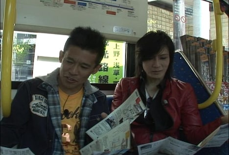 DVD「火曜サプライズ 京さま慎ちゃんの都バスで飛ばすぜぃ! 夢の下町編」に出演している京さまこと京本政樹(右)と慎ちゃんこと柳沢慎吾(左)。(c)NTV