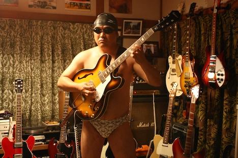 映画「BECK」に登場するカンニング竹山。元競泳選手・斎藤研一役でコユキ(佐藤健)にギターを教える。ギターを弾く時は、なぜか海パン姿で演奏する。(C)ハロルド作石/講談社 (C)2010『BECK』製作委員会