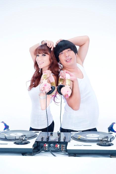DJ KAORIの最新アルバム「DJ KAORI'S INMIX VI」テレビスポットに出演するバナナマン日村(写真右)。