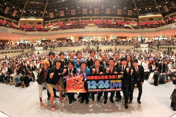「M-1グランプリ2010」決勝戦進出を決めた8組。写真は、準決勝の舞台上で行われた観客とのフォトセッション。(c)吉本興業